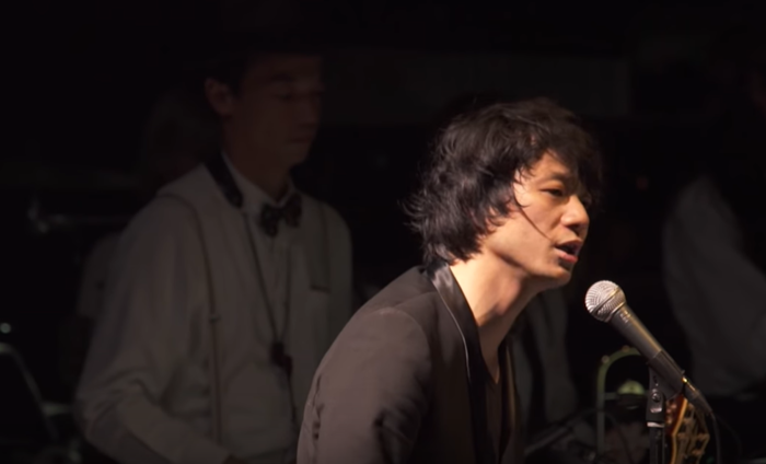 """こちらはビルボードライブ東京にて行われたライブ映像。これを見れば、彼がどれだけの引力を持つ歌い手かが伝わるに違いありません。2020年1月8日には、""""晴れたら空に豆まいて""""にて弾き語りワンマンライブ「晴豆新年2020」を開催します。気になる方は足を運んでみてくださいね!"""