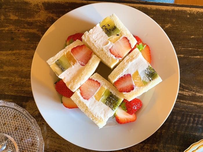 「ミックスフルーツサンドイッチ」は、パイン・キウイ・いちごなどたっぷりのフルーツと生クリームを挟んでいます。フォトジェニックな断面が綺麗ですね。