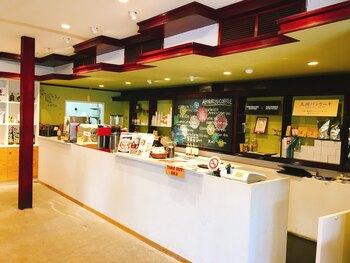 店内はスタイリッシュなカウンターとレトロな座席で、昔と現代が上手く融合しています。