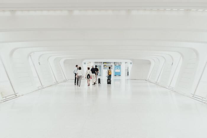 スペイン・バスクにあるビルバオ空港。ハリウッドのアクション映画にも出てきそうな、一面真っ白なターミナルは思わず見惚れてしまいますね。とても空港とは思えぬ、美しさに訪れた方も魅了されていますよ。