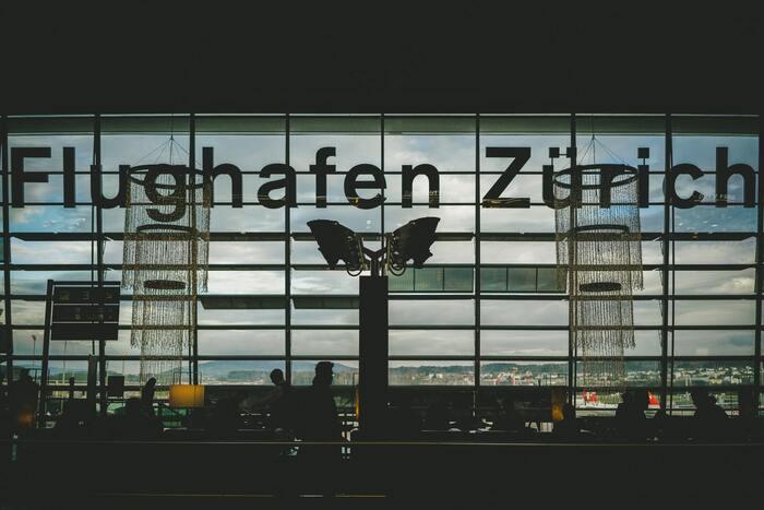 チューリッヒ空港は市の中心地街から車で10分ほどの場所にある、利便性の高い空港です。スイスの本拠地でありながら、コンパクトな空港であることも魅力の一つ。チェックインからゲートまでの所要時間は30分という、使い勝手の良さも考慮し設計されています。