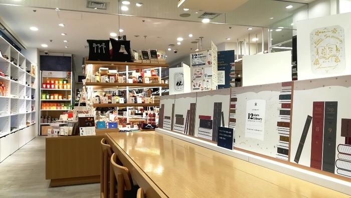 西武百貨店池袋本店1階。三省堂書店の一角「神保町いちのいち池袋店」に併設されたカフェ/雑貨ショップ。カフェのテーブルには、電源も設けられています。