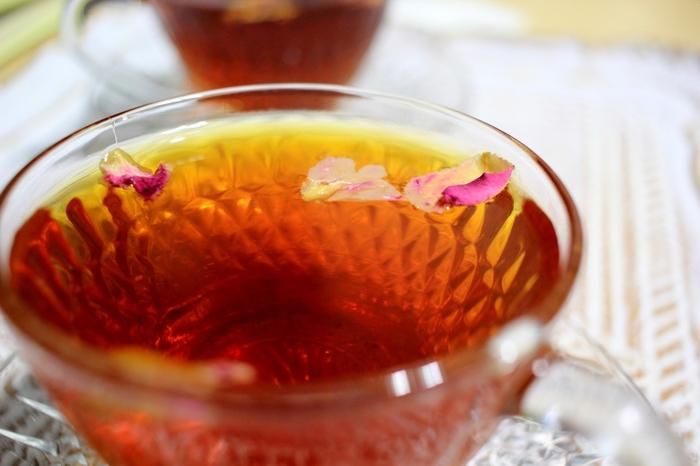 「セイロン」は、ミルクティーやレモンティーなどによく合います。色、味、香りのバランスがとれた端正な紅茶なので、ここは大人っぽくウイスキーで愉しむというのもおすすめですよ。産地の高度によって分かれた品質のちがいを堪能してみても◎