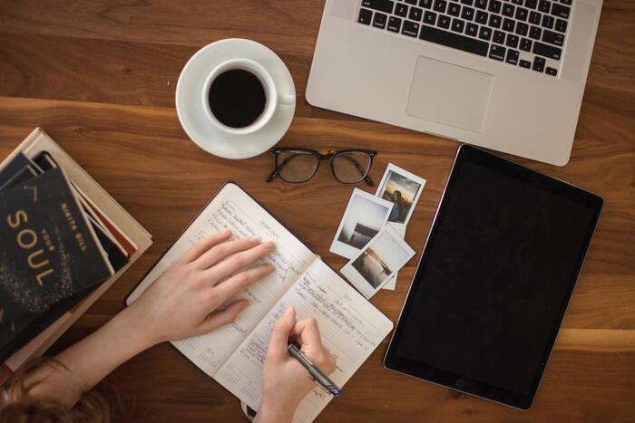「褒めダイアリー」には、特別な道具は必要ありません。ペンと紙さえあれば、いつでもどこでも簡単につけることができます。  褒めダイアリーのために心新たに日記帳を買ってみるのもいいですし、今お持ちの手帳にちょこっと書き足しても、もちろんOK!