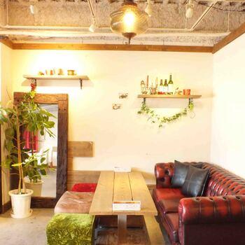 京都駅から徒歩5分、京都タワー裏手にあるおしゃれなカフェです。ナチュラルな内装にソファー席もあり、ゆっくりとくつろぐことが出来る人気店です。
