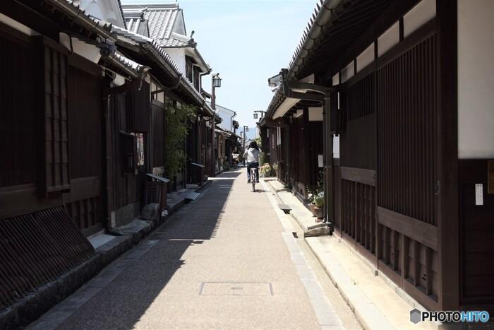 江戸時代の面影を色濃く残す町並みをした今井町は戦国時代に造られた寺内町が原型となっている町です。東西約600メートル、南北310メートルの今井町には全建物約1500棟のうち、約500棟の伝統的建築物が現存しています。