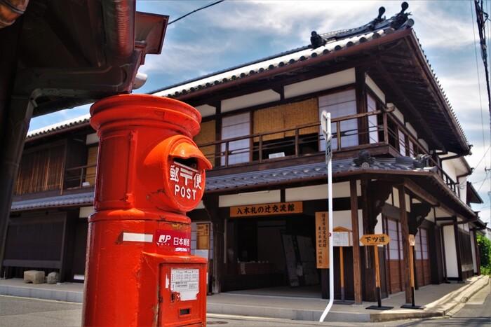 多くの古民家、伝統的家屋が残る今井町ですが、この町は静かな佇まいをしており、ほとんど観光地化されていません。古き良き伝統文化を大切に受け継ぎながら、風情ある古民家が一般の民家として使用されている今井町は、国の「重要伝統的建造物群保存地区」に選定されています。この町には、国の重要文化財に指定されている家屋が9棟、奈良県指定文化財が3棟、橿原市指定文化財が5棟あります。