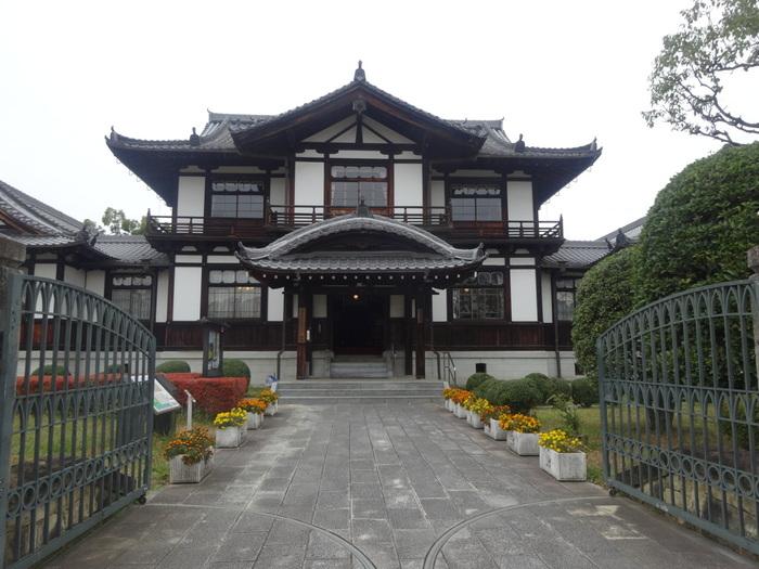 華やかな外観をした今井まちなみ交流センター・華甍(はないらか)は、奈良県の指定文化財にとなっている建物で、1929年から今井町役場として使用されていた場所です。現在は、今井町の歴史を展示している資料館として開放されており、ここで今井町の観光マップなどを無料でもらうことができます。