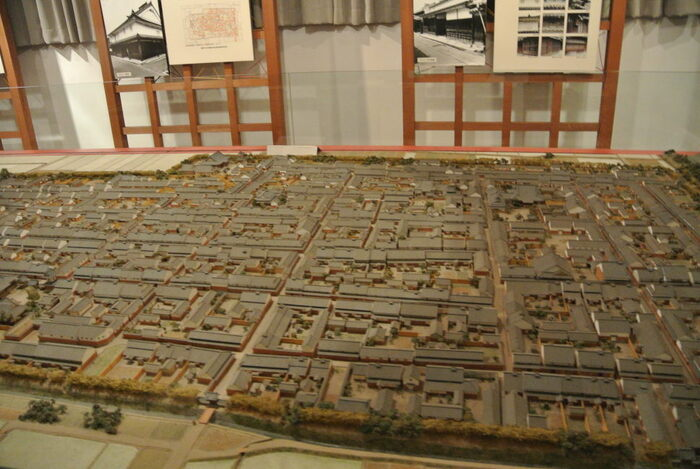 今井まちなみ交流センター・華甍では、今井町が歩んできた歴史などが分かりやすく展示されているほか、今井町のジオラマ模型が展示されています。このジオラマ模型を見ていると、今井町がどのような構造をした町であるのかがよく分かります。