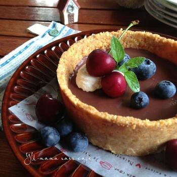 市販のクッキーを使う生チョコタルトは、オーブン要らずで簡単なのでおすすめ。写真のようにフルーツ使うと、華やかですが日持ちは短くなるので、自宅でのおもてなし用にいいかもしれませんね。