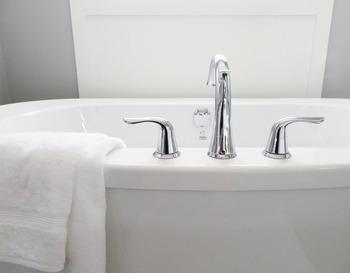 ホテルは乾燥しやすいので加湿は必須!お風呂にお湯を張り、ドアを開けっ放しにすることでお部屋全体に水蒸気を行き渡らせる方法もあります。シャワーでお湯張りをするとより加湿効果もあるのでためしてみてくださいね。 のどや鼻もスッキリさせてくれるアロマバスソルトを入れてあげるのもおすすめ!