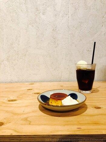 コーヒーは三鷹にある自家焙煎コーヒー店・横森珈琲による『四歩オリジナルブレンド』。スイーツでは固めのプリン+ふわりと泡立てた生クリームの『懐かしプリン』が。