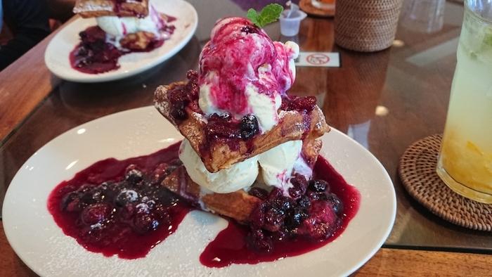 食後やカフェタイムに楽しめるデザートメニューも充実しています。特にふわふわのワッフルを使ったメニューは大変人気ですよ。