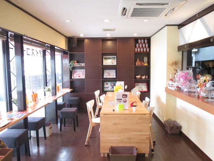 京阪電車の七条駅から徒歩5分の場所にある東山のお店です。可愛らしい雰囲気ながらなつかしさもある、入りやすい雰囲気のカフェなので女性おひとりでも過ごしやすいですよ。