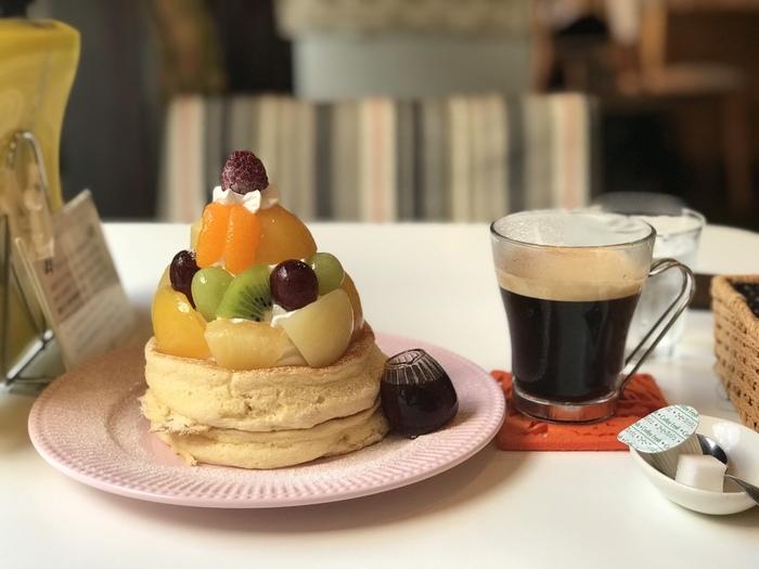 お店の人気メニューといえばフォトジェニックなパンケーキです。時間をかけて焼き上げるふわふわなパンケーキはプレーンで食べても十分美味しいですが、たっぷりのフルーツや京都らしい抹茶を使ったメニューも人気ですよ。