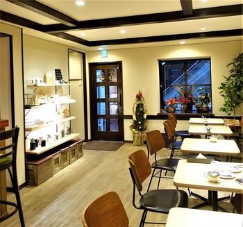 有名なバリスタの美味しいコーヒーがいただけるカフェです。烏丸駅または四条駅から徒歩5分圏内にあり、お買い物途中の休憩やごはんタイムにもぴったりです。