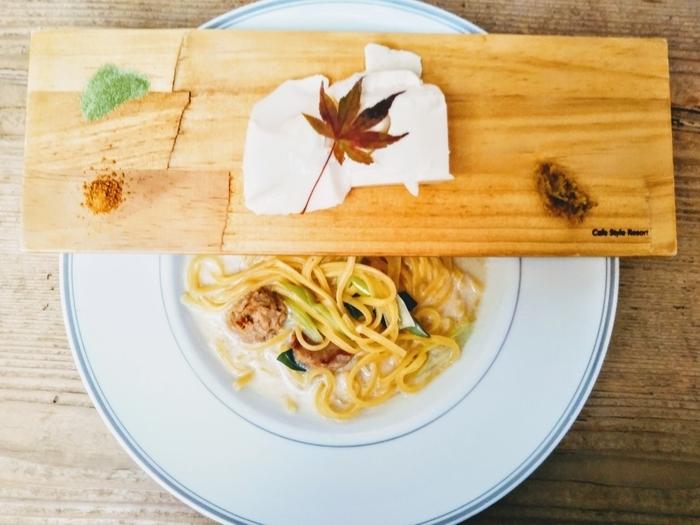 名物のお豆富パスタは、お皿の上に板が乗っている個性的な盛り付けでも有名です。まずはお豆腐を味わい、その後パスタと合わせる食べ方が楽しめますよ。他にもヘルシーな料理メニューがたくさんあります。
