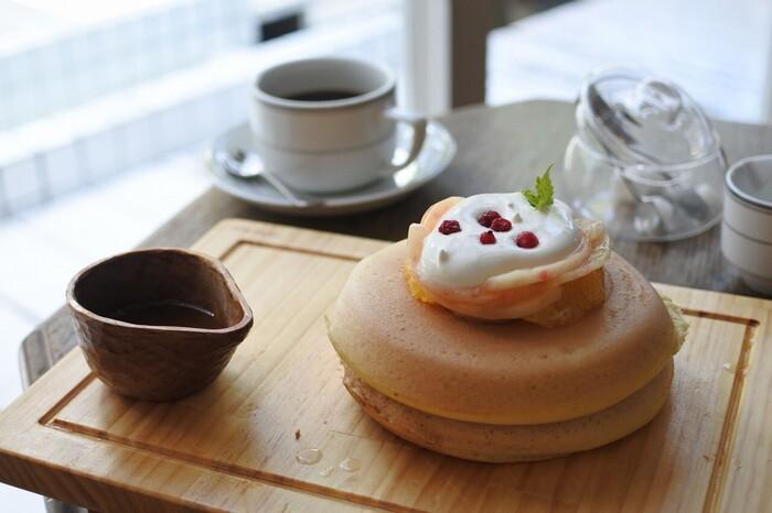 ころんとした形が変わりやすいモチモチのパンケーキも人気のメニューです。お料理からスイーツ、内装まで全てに気づかいや世界観を感じる心満たされるお店です。
