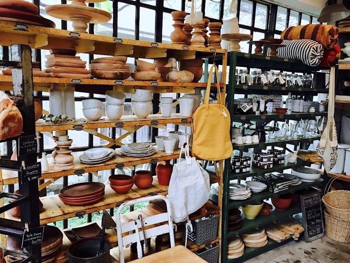 キッチングッズをはじめ、インテリア雑貨、かご、クロス、バッグなど多彩に揃うショップ。「ほぼ日」でもおなじみ、オーナーがデザインした〈シルババッグ〉も♪