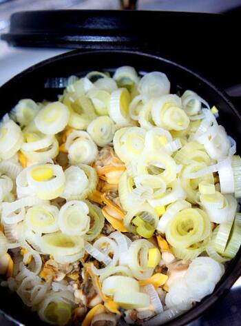 あさりもむき身を買ってくれば深川飯が作りやすいです。こちらはもち米が入った炊き込みの深川飯。出汁を吸ったモチモチのもち米と、おこげが絶品です。
