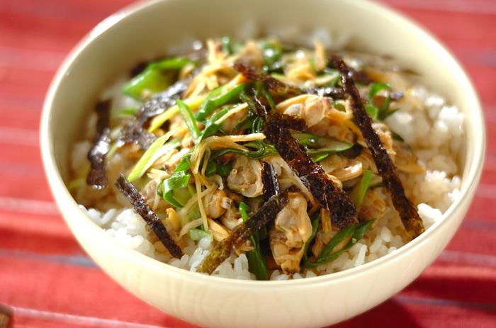 こちらはぶっかけタイプの「深川丼」です。たっぷりの九条ネギが甘くて美味しい!ちょっぴり入った味噌が隠し味の、ご飯が止まらない逸品です。熱々をどうぞ。