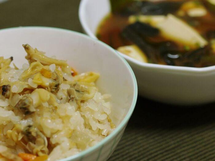 ご当地で食べられる「深川飯」と、おうちで作って食べる「深川飯」をご紹介しました。味噌や醤油の味の違いや、ネギ以外の具材など、シンプルなのに奥深い「深川飯」は、江戸のソウルフード。ぜひお出かけして、おうちで作って、江戸の味をご堪能くださいね♪