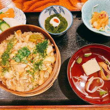 こちらの深川飯は炊き込みご飯のタイプ。上にかかった青海苔の香りも食欲をそそります。あさりがたっぷり入っていて出汁のきいたご飯の味わいは、いくらでも食べられそうです。