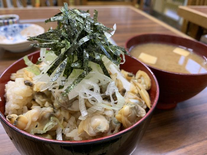 """大盛りのあさりが""""映え""""る、炊き込みの深川飯がお店のイチオシです。ご飯にしっかりしみたあさりのお出汁が、しみじみ美味しい。"""
