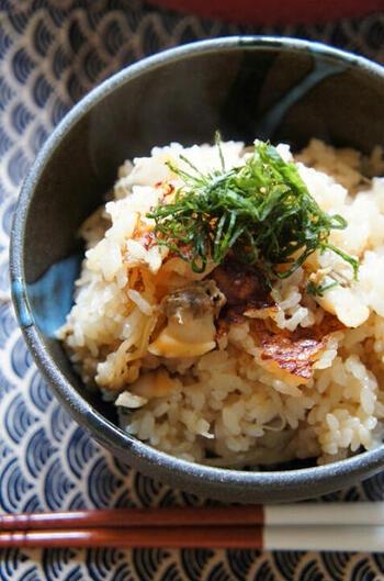 こちらもあさりのむき身を使った深川飯ですが、なんとフライパンを使って炊いています。具材もあさりと生姜がメインなので、気軽に作れそうですね。