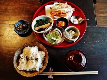 小皿に5品盛り付けられたランチは大変人気です。健康に気遣い丁寧に作られたお料理は上品な味付けでヘルシーだと評判です。