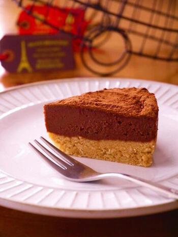 お菓子作り初心者さんにおすすめなのが、オーブンで焼かない生チョコタルト。市販のクッキーやビスケットを砕いてマーガリンなどと混ぜ、型に詰めて冷蔵庫で落ち着かせます。そして、生チョコを流し入れて冷やし固めるだけでできあがり。