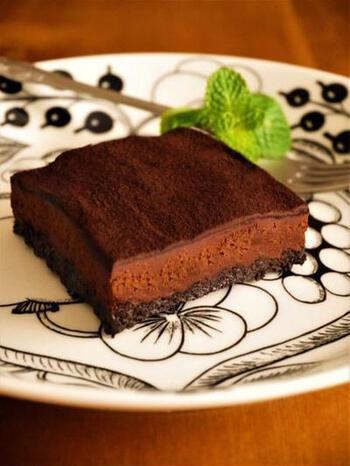 ココアビスケットを砕いて作る、オーブンで焼かない生チョコタルト。ビターな味わいの生チョコや、黒い層が重なった断面が大人な仕上がりです。