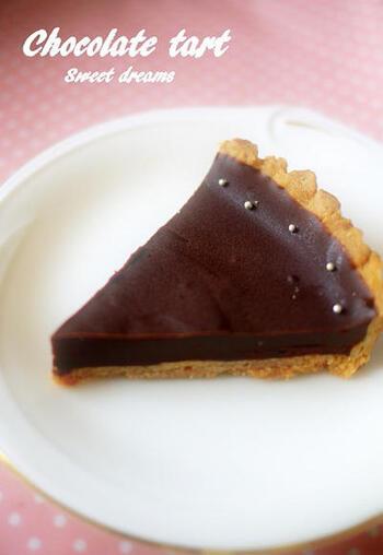 タルト生地を型に敷いてオーブンで焼き、チョコレートと生クリームなどを合わせた生チョコを流し入れて冷やし固めます。タルト台を焼きますが、クッキーと変わらないほどの簡単さです。