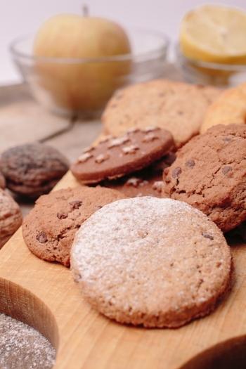 ちなみに、生チョコタルトの土台はクッキーなどと同じ材料を使っているので、わざわざ焼かなくても市販のクッキーやビスケットを砕いて代用することもできます。