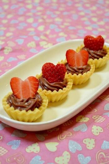 ハート型のいちごを飾った生チョコタルトは、ホームパーティーのフィンガーデザートにいかがでしょうか?ミニタルトカップを使っていろんなトッピングをすると華やかにできます。