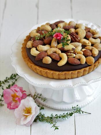 アーモンドベースのケーキが敷き詰められたタルト生地が販売されているようですね。あとは生チョコを作って流し入れ、たっぷりのナッツなどをトッピングするだけ。手間いらずで本格的な生チョコスイーツができあがります。