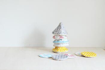 色々な布で作って、その日の気分で楽しんでも良さそうですね。三角帽子のマグカバーもお揃いで作ると、置いておくだけでも可愛いアイテムです。