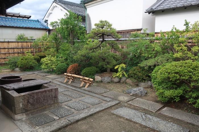 旧米谷家住宅では、家屋だけでなく庭の見物をすることができます。古い井戸、よく手入れされた庭園などから、江戸時代、豪商の町として繁栄した今井町の煌びやかな歴史を垣間見ることができます。