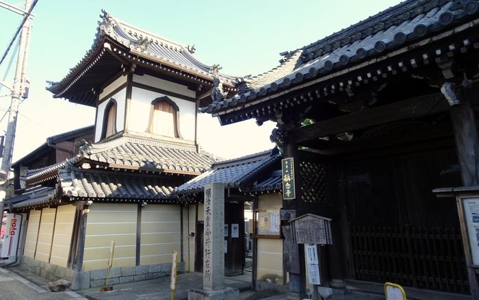 称念寺は、戦国時代に開基された真言宗の寺院で、寺内町として形成された今井町の中核となった寺院です。
