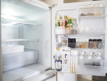 捨てることに抵抗のある人に、まず最初に取りかかってほしいのが冷蔵庫です、傷みかけている食品や、賞味期限の切れているものがないか、探してみましょう。判断しやすい冷蔵庫で捨てる練習ができ、同時に冷蔵庫の整理整頓にもなって一石二鳥です。