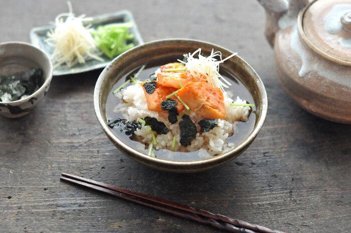 まず、ベーシックな鮭茶漬けの作り方をおさえましょう。  鮭は皮をはずして焼き上げると食べやすくなります。さらに三つ葉、海苔、針生姜といった薬味を加えることで、味のアクセントを加えています。シンプルだからこそ美味しい一品です。