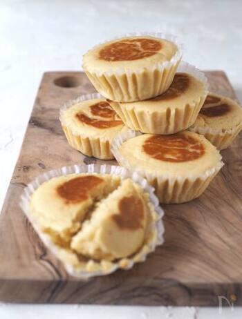 おからパウダーで作れる、チーズが香る蒸しケーキ。小腹が空いた時にもオススメのレシピです。仕上げにフライパンで表面に焼き色をつけると、香ばしさも出て◎。