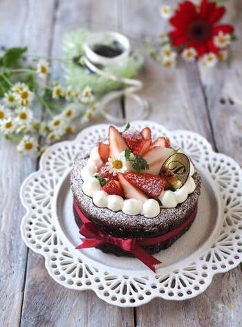 糖質が気になる方やヘルシー志向の方におすすめの、希少糖を使った生チョコスフレケーキ。ビターチョコを使っていますので、大人の味わい。本格的なホールケーキですが、材料4つでできます。