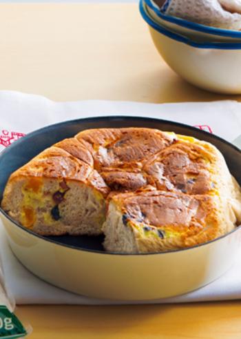 ふんわりとして甘い、フライパンブレッドを作ってみましょう。  「日清 全粒粉パン用」「日清 カメリヤ」を用意すれば、おそらく失敗せずに作れるであろう、日清フーズも公認のお手本のレシピ。発酵から焼き上げまでをフライパンで行うことができますよ。  ドライフルーツがたっぷり入った焼き立てのパンなので、少し濃い目に入れたブラックコーヒーがぴったり!おやすみの日のモーニングの贅沢タイムを楽しんでくださいね。
