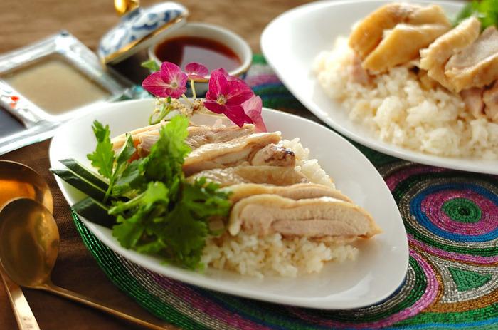 柔らかい鶏肉が絶妙な美味しさでやみつきになる、シンガポールチキンライス「カオマンガイ」。こちらのレシピはお米も一緒に炊き込むので、一度の炊飯機能だけで全て作れるという、画期的な作り方です。  ご飯にチキンの美味しい旨味が染み込んだ一品で、おもてなしにもディナーにもオススメですよ。