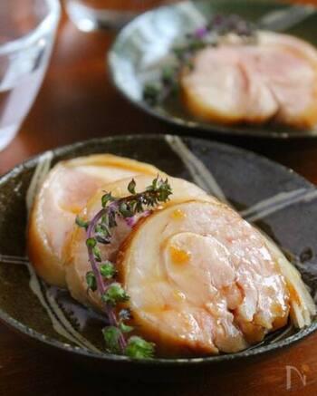 ママレードを擦り込んだモモ肉を、ラップで包んで、炊飯器の保温機能へ!しっとり柔らか!感動の美味しさの紅茶豚ができあがります。