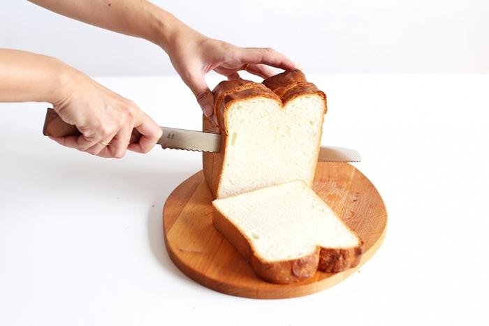 切れ味抜群で、ハンドルの部分は木目が美しい無垢のケヤキが使われており、木の心地よい感触が手にすんなりと馴染むので女性でも扱いやすいパン切りナイフに仕上がっています。