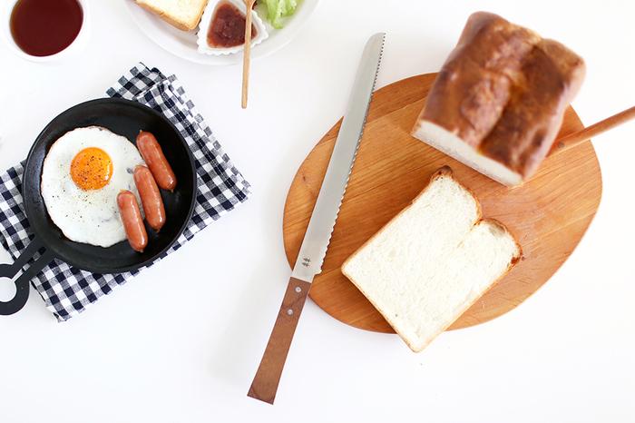 刃物の町で有名な岐阜県関市にある志津刃物製作所の、木の温もりをいかした人気アイテム「morinoki」シリーズの、職人さんが丁寧に作ったパン切りナイフ。