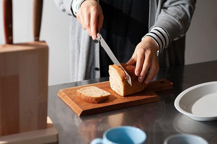 フランス中部のティエール生まれの、どんなパンでもキレイにカットできる「ジャン・デュボ(Jean Dubost)」のライヨール ブレッドナイフ。