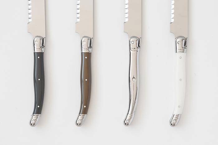 柄尻が少しカーブしていて指がフィットして持ちやすい持ち手。カラーは左からキャビア、オリーブ、ステンレス、ミルクの4種類あり、どれも細めの持ち手とシックなカラーが特徴のフランスらしいおしゃれなブレッドナイフに仕上がっています。
